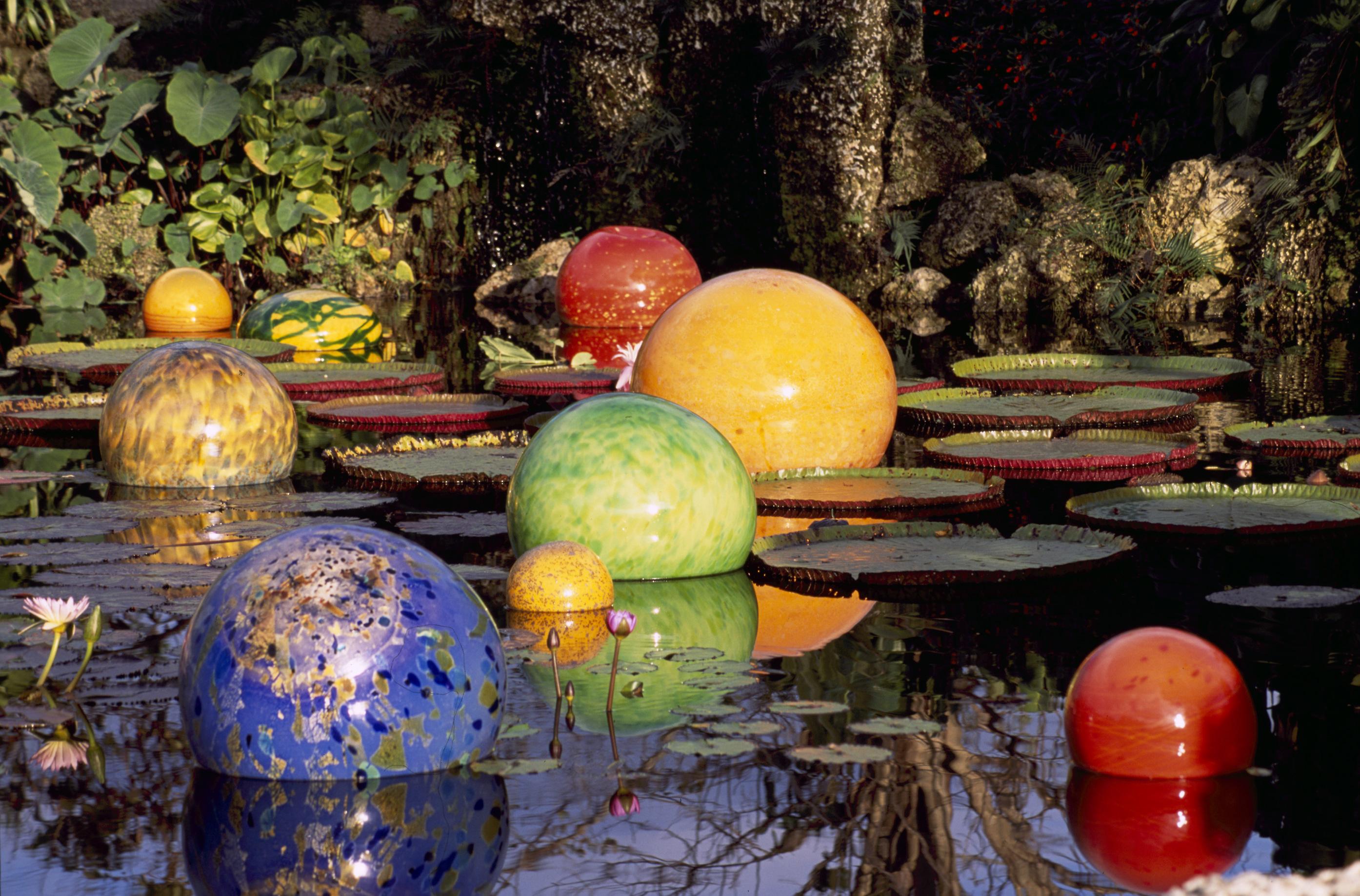 http://www.virtualherbarium.org/Chihuly/images/LARGE/Niijima-Floats,-1992-1997.jpg